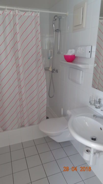 Bad mit Bademantel und Shampoo Seehotel Wilerbad