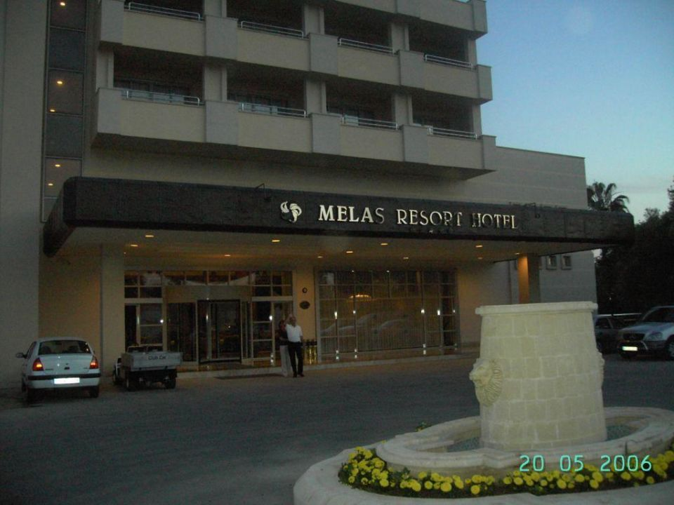 Hoteleingang Hotel Melas Resort