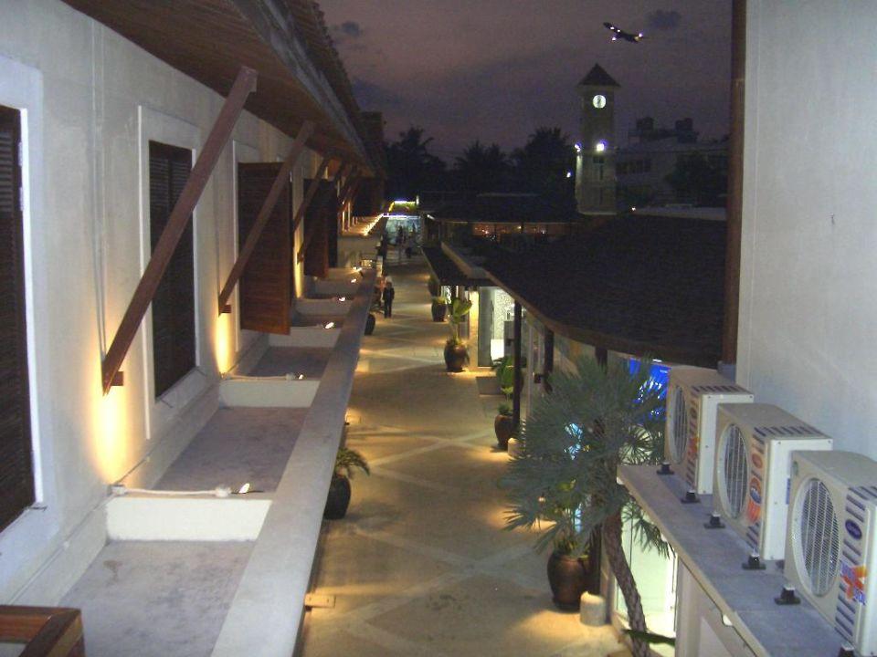 Blick auf die Shopping-Plaza Iyara Beach Hotel