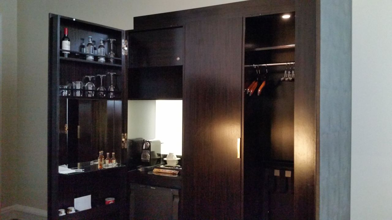 Kaffeemaschine, Minibar, Kleiderschrank top\