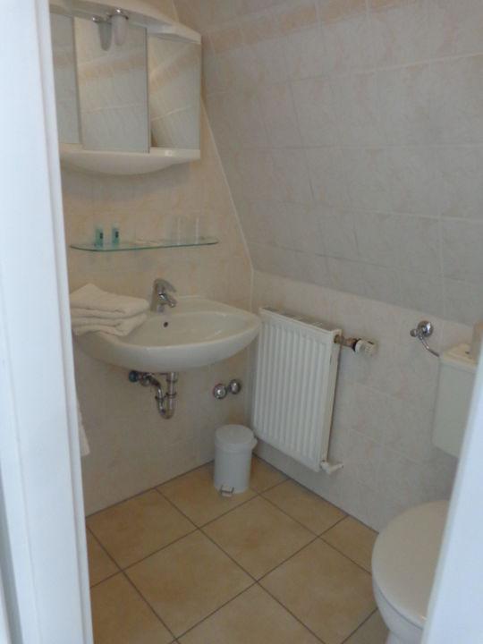 Viel zu kleines Bad mit Schrägen\