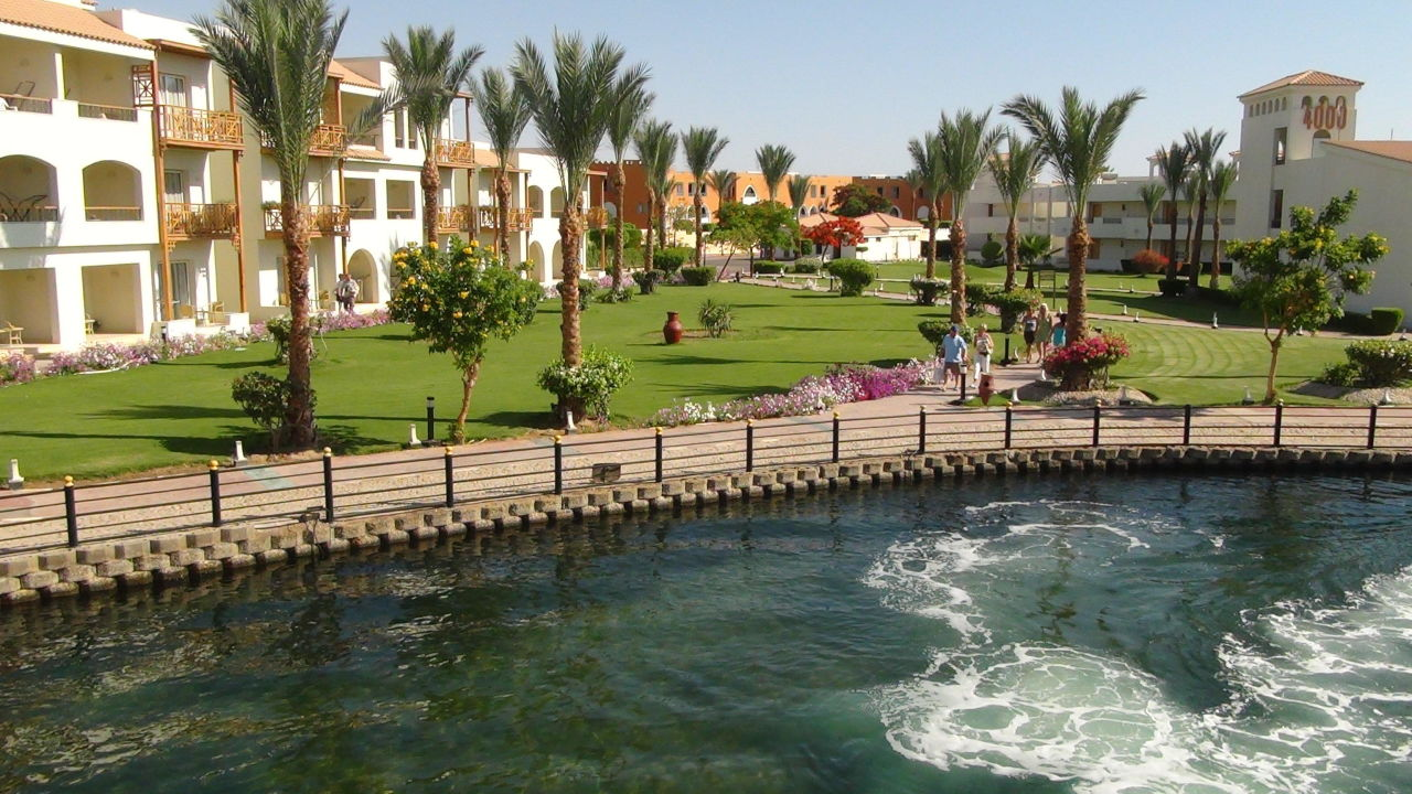 Blick ins grüne Dana Beach Resort