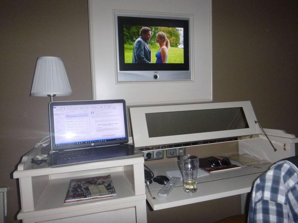 TV im Bilderrahmen und Sekretär\