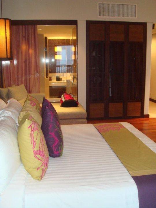 Zimmer mit Sichtfenster ins Badezimmer bzw. Dusche Hotel Sareeraya Villas & Suites