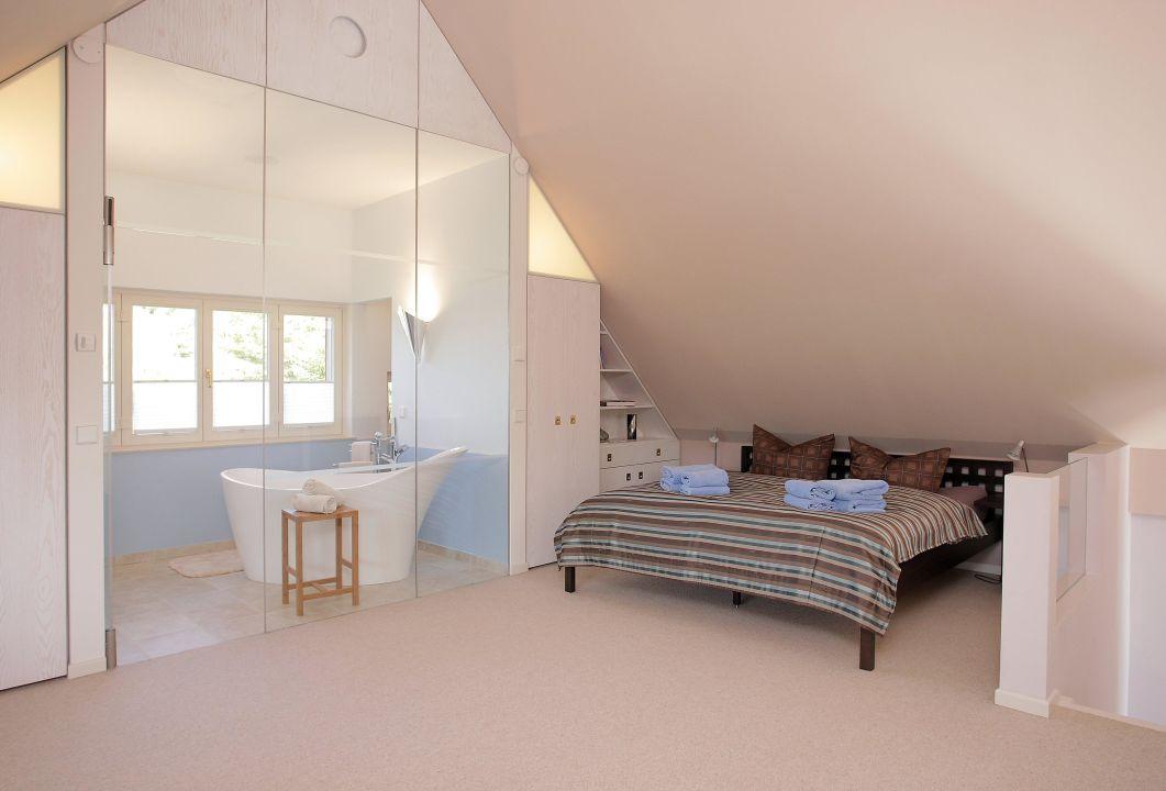 schlafzimmer uaf der offenen galerie landhaus gernitz. Black Bedroom Furniture Sets. Home Design Ideas