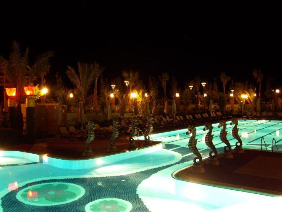 Schwimmerbecken bei Nacht Hotel Royal Dragon