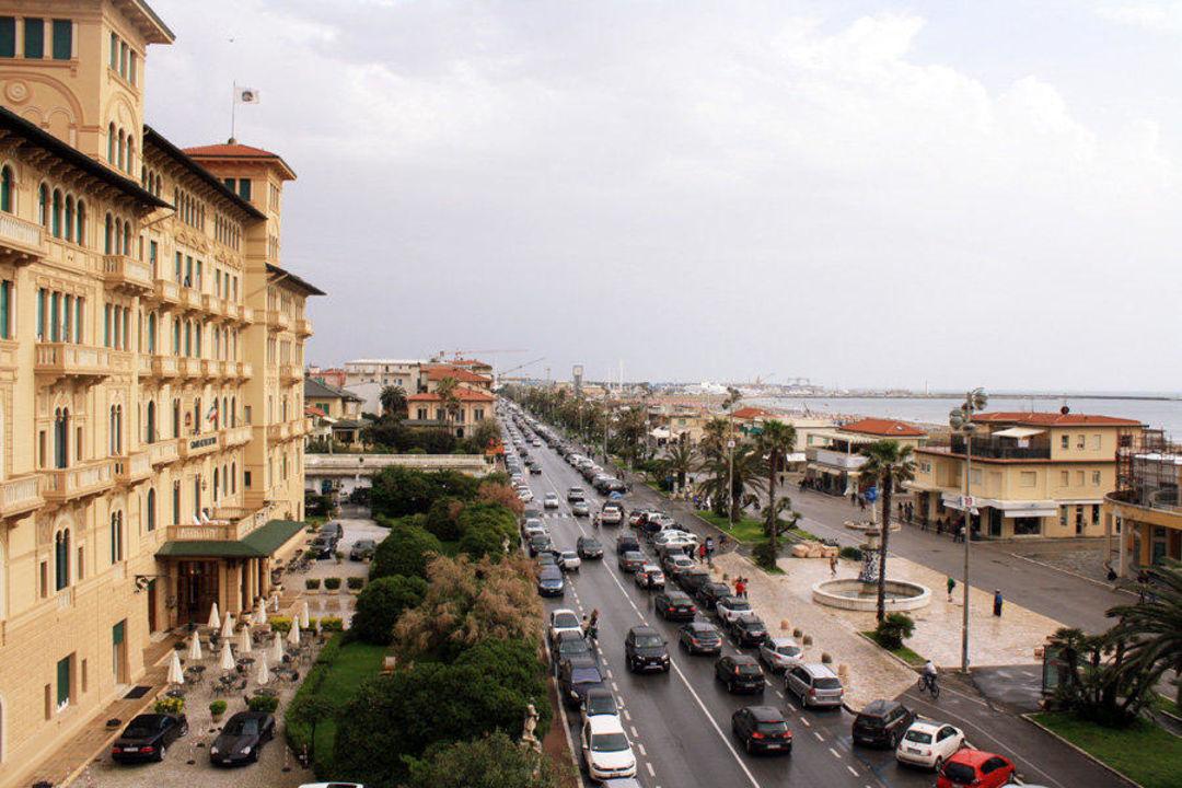 Hauptstrasse zwischen Hotels und Promenade Hotel Villa Tina