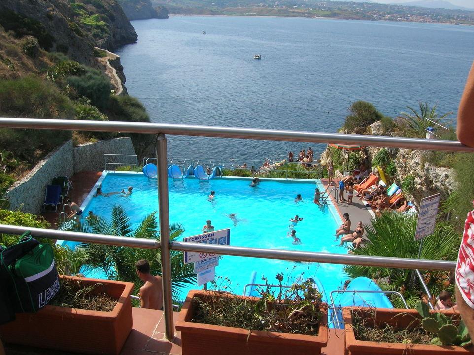 Bild pool mit rutschen zum meer zu citt del mare hotel for Designhotel sizilien