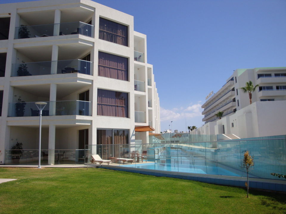 bild mein zimmer von aussen mit pool und terrasse zu hotel adams beach in agia napa ayia napa. Black Bedroom Furniture Sets. Home Design Ideas