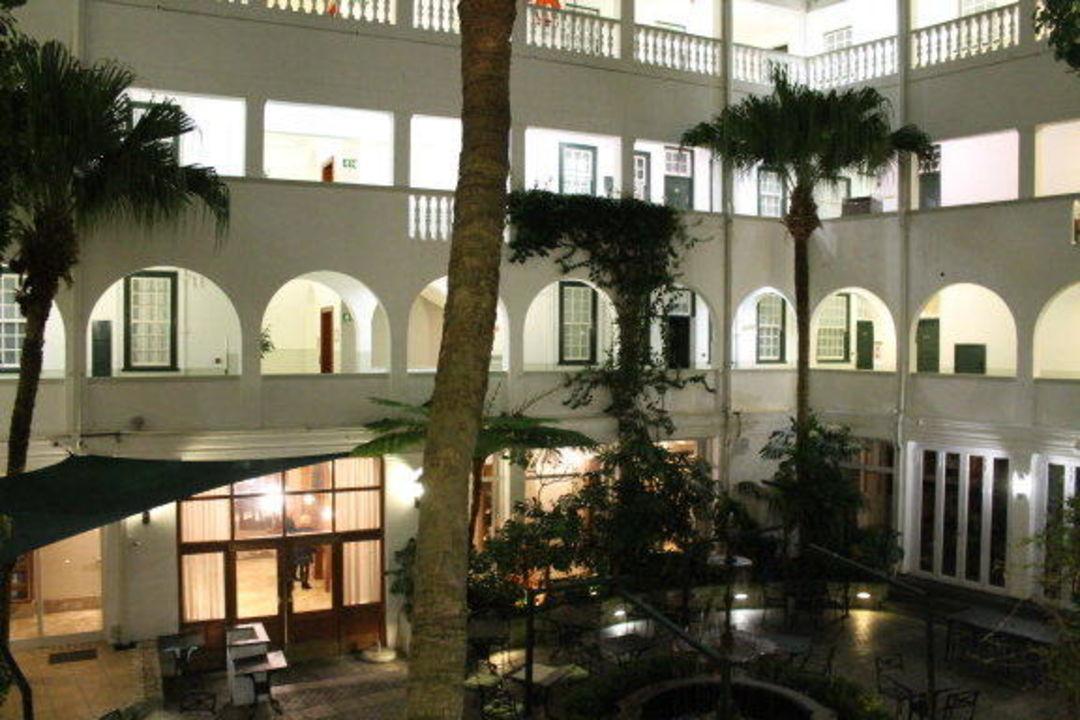 Innenhof am Abend Hotel Winchester Mansions