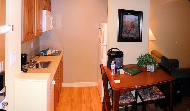 Küche und Esstisch\