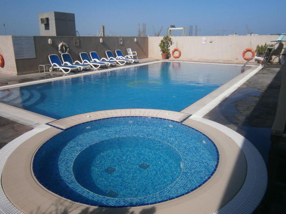 Pool auf dem Dach Hotel The Country Club Dubai