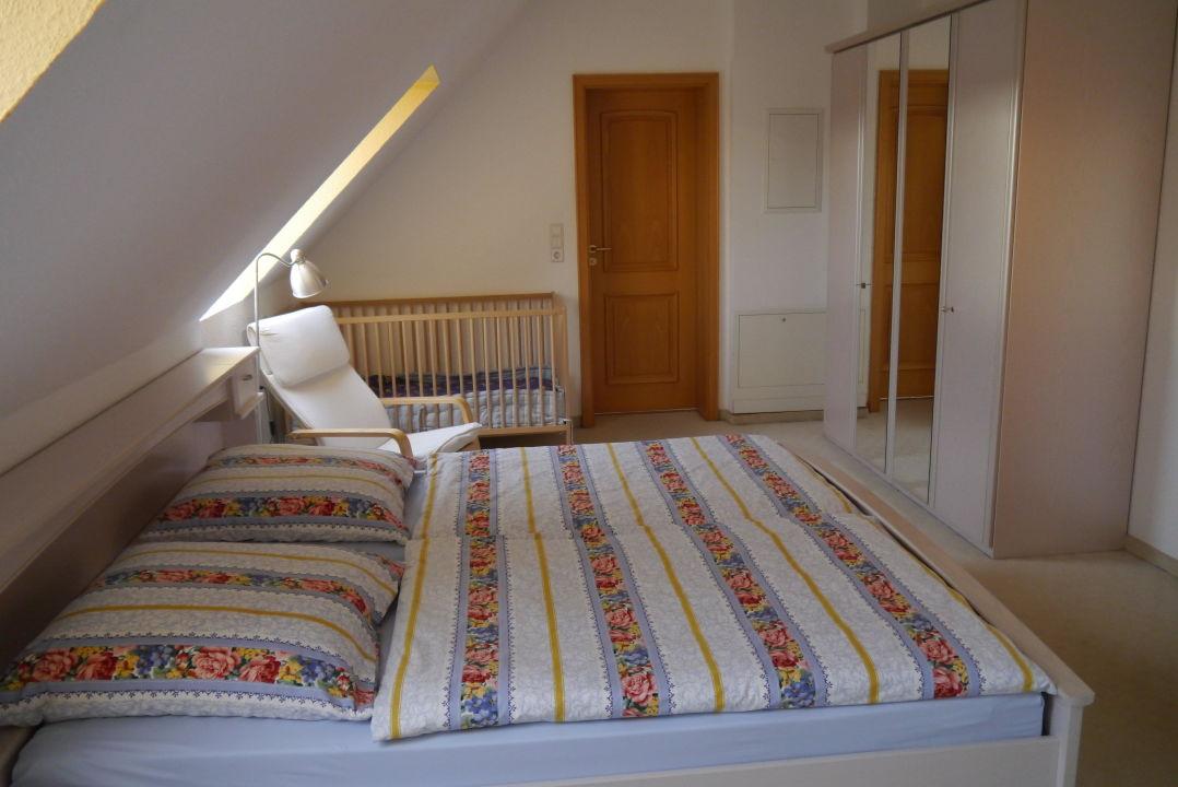 1.Schlafzimmer mit Doppelbett u. Babybett\