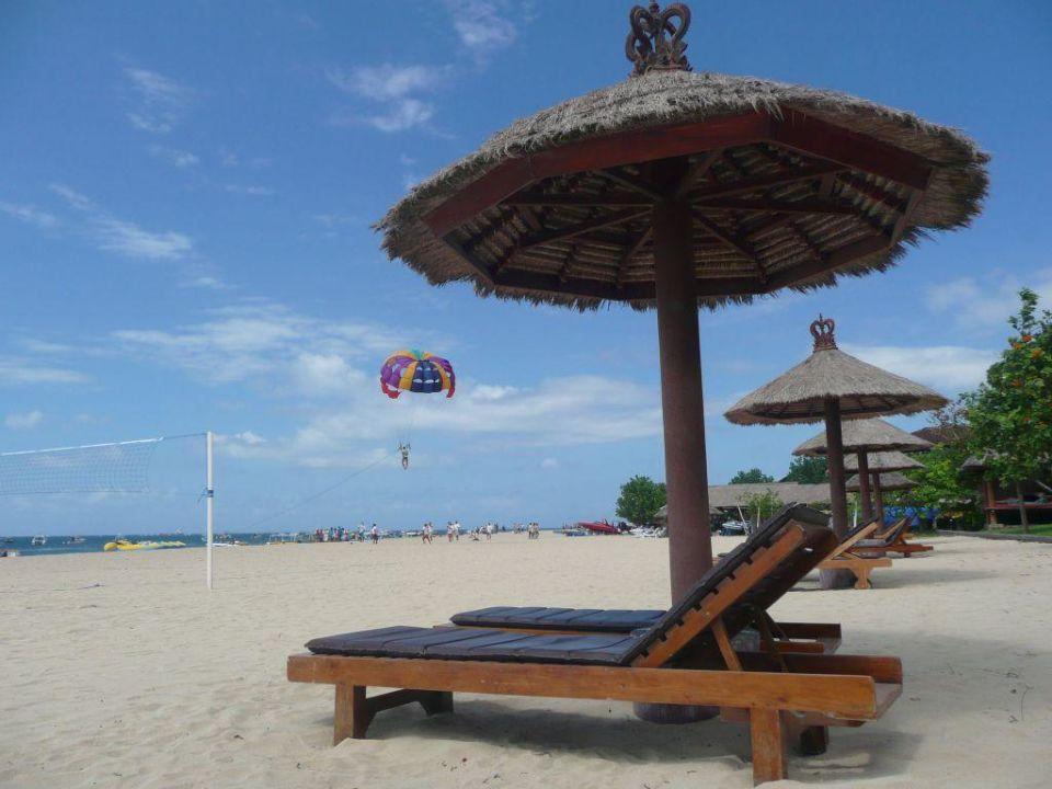 sonnenschirm und liege am strand the tanjung benoa. Black Bedroom Furniture Sets. Home Design Ideas