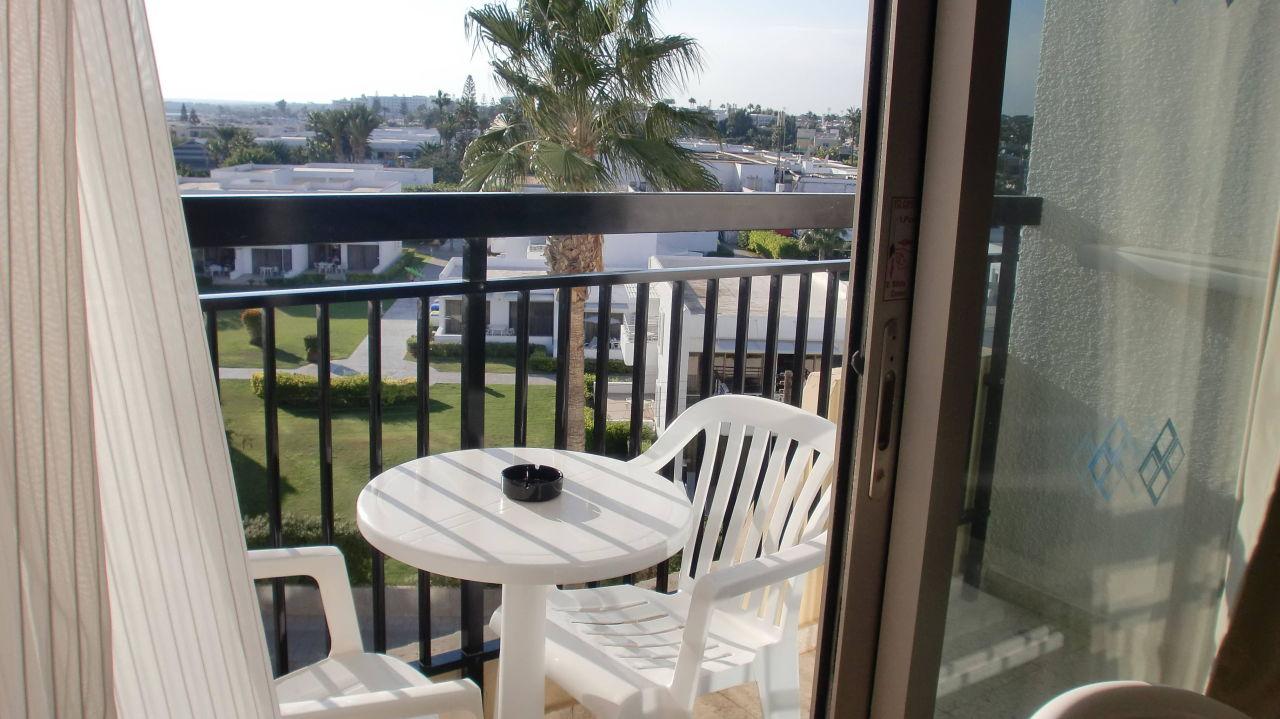 kleiner balkon mit tisch und zwei st hlen pavlo napa. Black Bedroom Furniture Sets. Home Design Ideas
