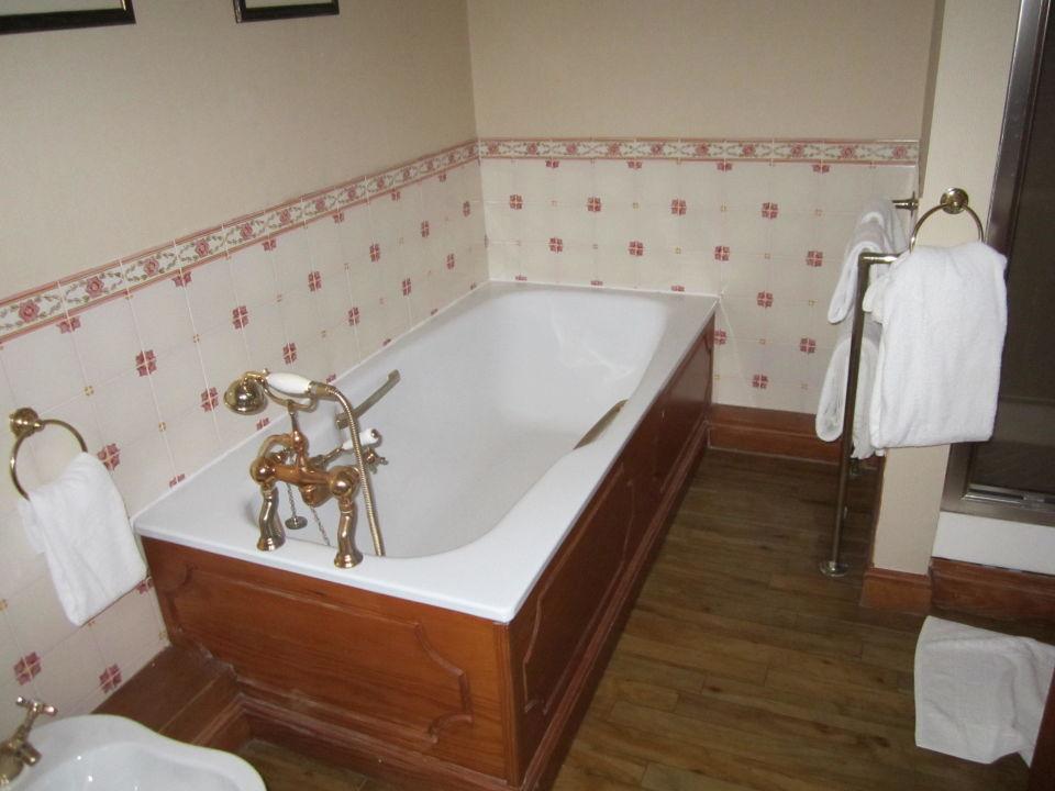 bad dusche und waschbecken m goldenen wasserhahn nunsmere hall hotel in oakmere. Black Bedroom Furniture Sets. Home Design Ideas