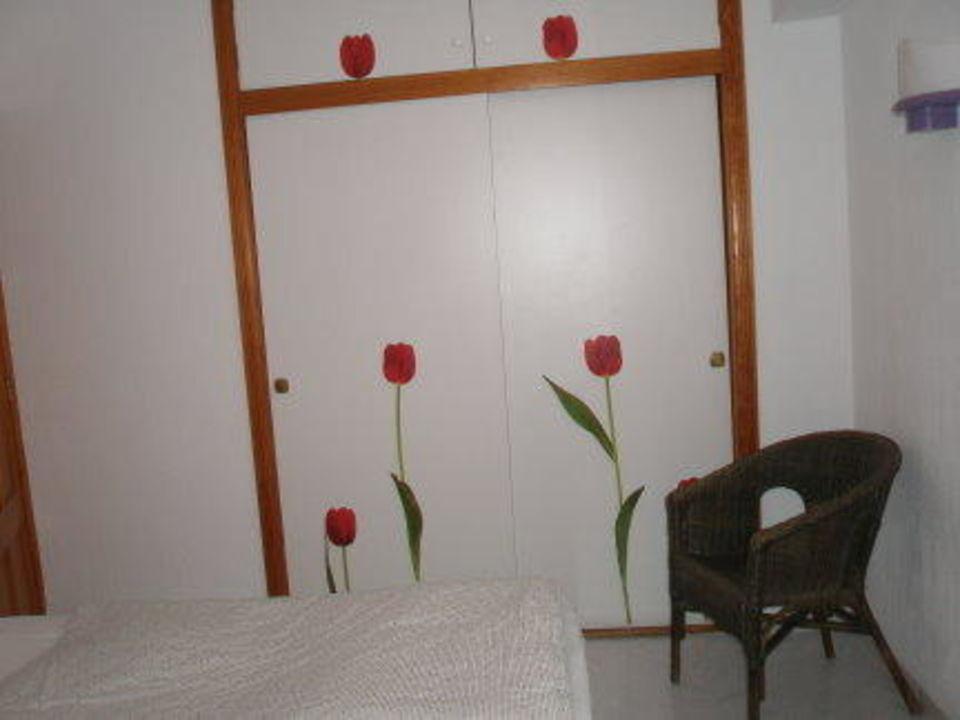 Blick auf wandschrank im schlafzimmer apartamentos mallorca sl cala millor holidaycheck - Wandschrank schlafzimmer ...