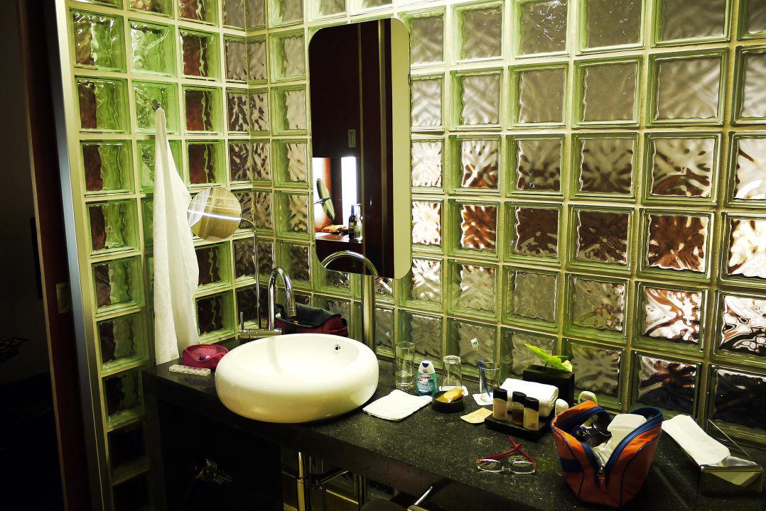 bild stilvolle abtrennung des bads mit glasziegeln zu m venpick hotel berlin in berlin. Black Bedroom Furniture Sets. Home Design Ideas
