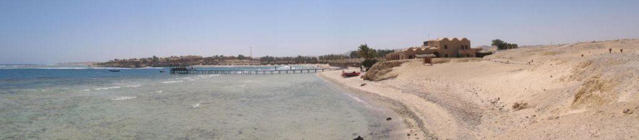 Bucht mit Hotelanlage im Hintergrund Mövenpick Resort El Quseir
