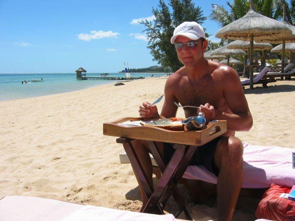 Das Essen wird auch an die Liege gebracht Outrigger Mauritius Beach Resort