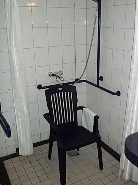 blick auf die behindertengerechte dusche mit stuhl hotel. Black Bedroom Furniture Sets. Home Design Ideas