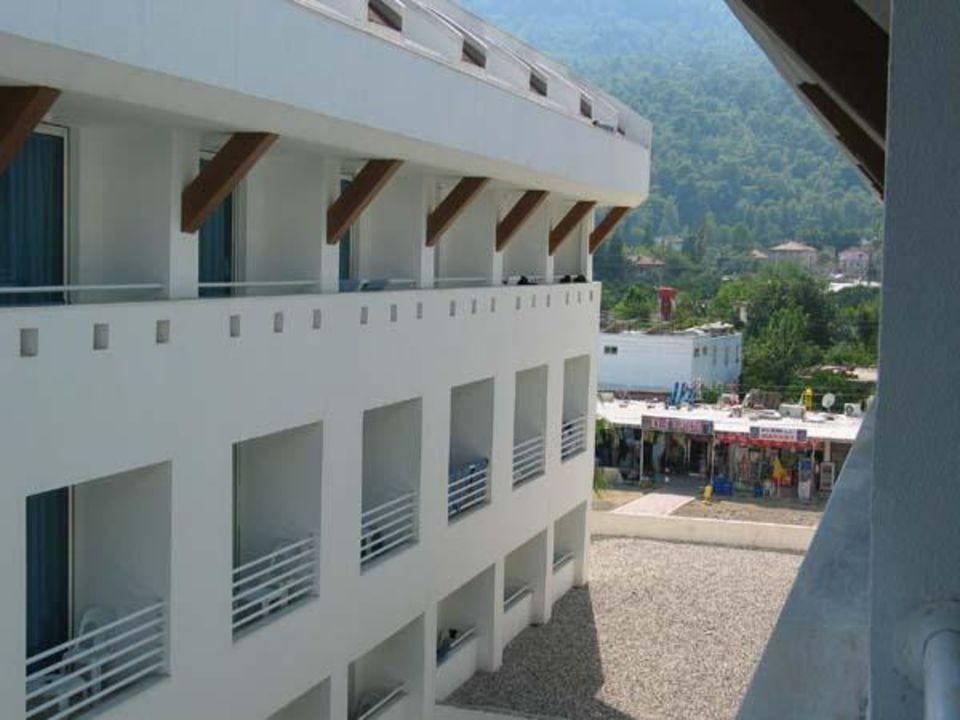 Blick vom Balkon (rechts) Hotel Ring Beach