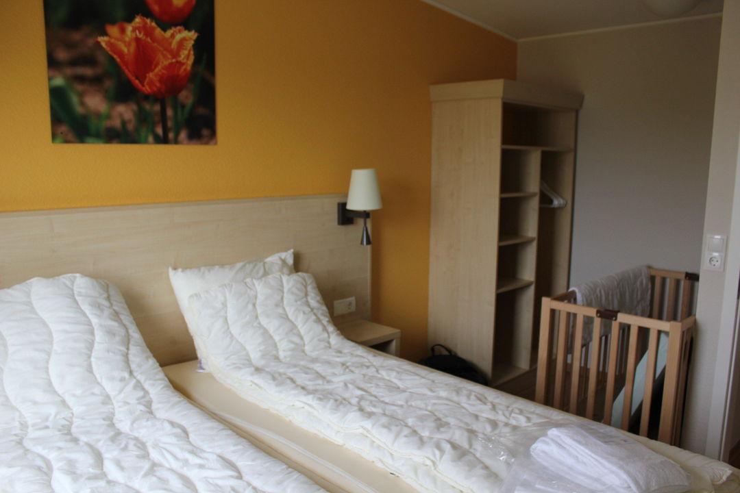 Schlafzimmer mit Babybett\