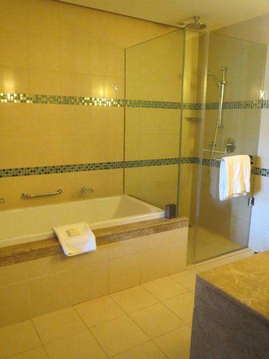 bad mit wanne und dusche hotel fairmont the palm dubai holidaycheck dubai vereinigte. Black Bedroom Furniture Sets. Home Design Ideas