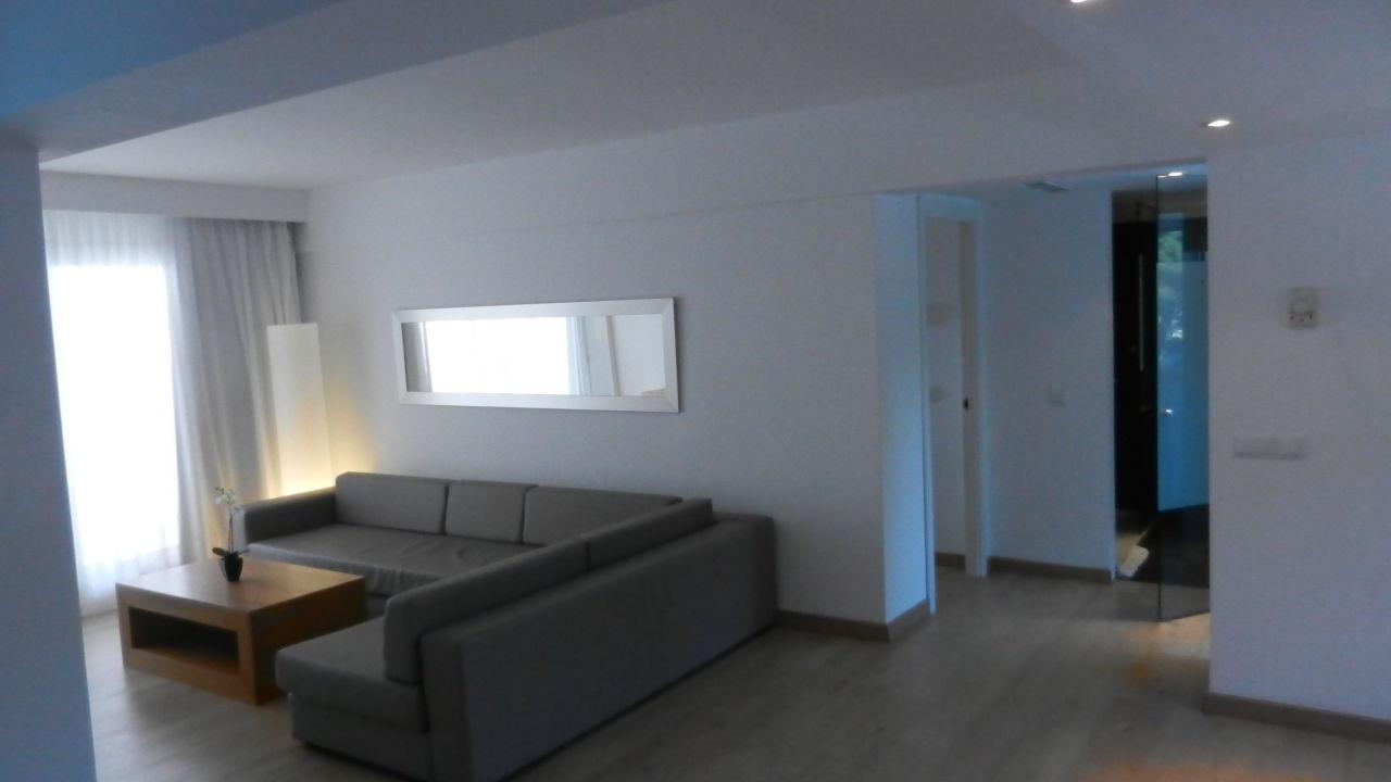 Zimmer 2110: Blick Richtung Schlafzimmer und Bad Playa Esperanza Suites