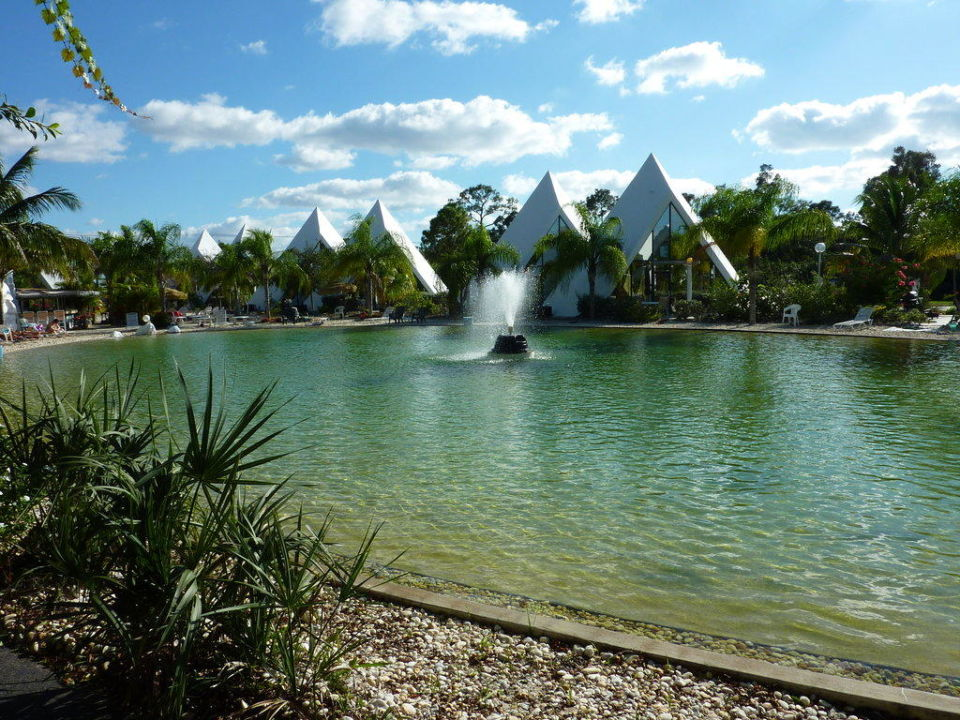 Pool mit einigen Pyramiden Pyramid Village Park