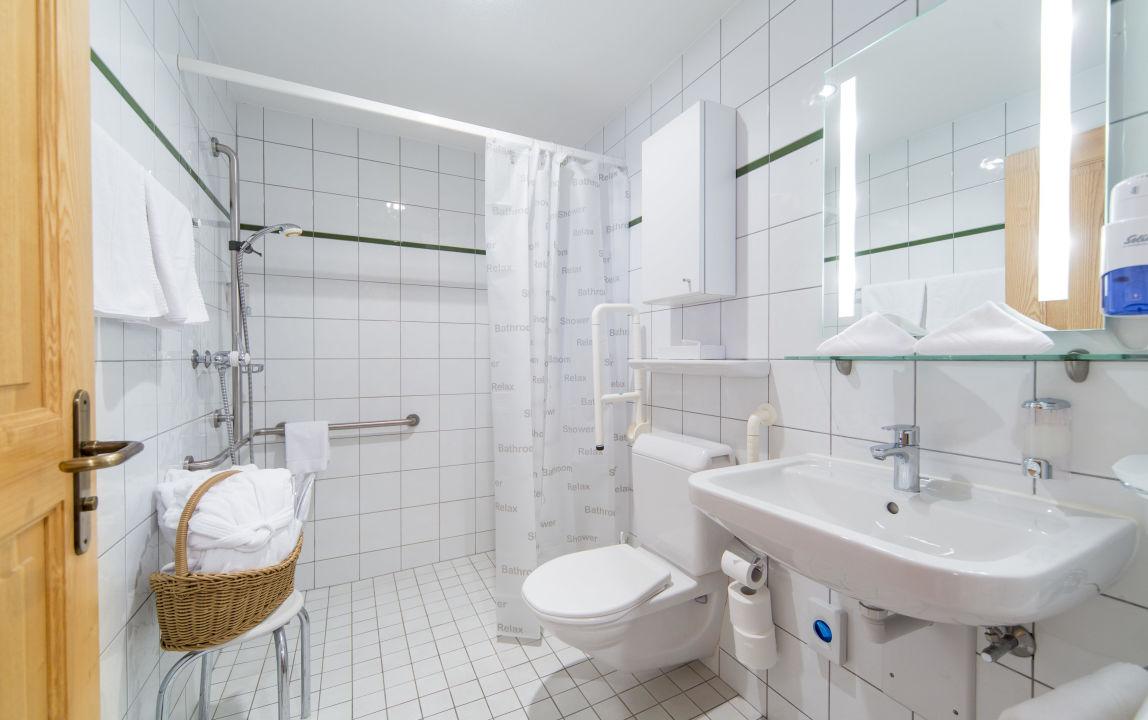 Behindertengerechtes Badezimmer Hotel Hubertus Obergoms - Behindertengerechtes badezimmer