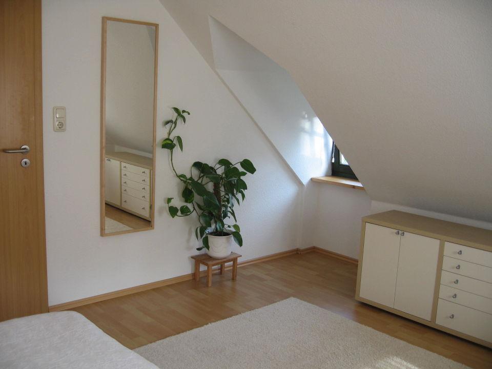 Schlafzimmer: Kommode und Spiegel\
