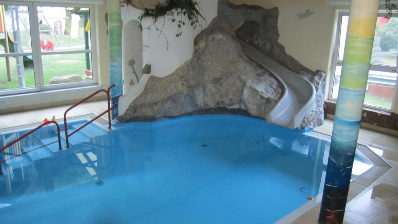 Bild gro er pool mit fetziger rutsche zu smileys - Pool mit rutsche ...