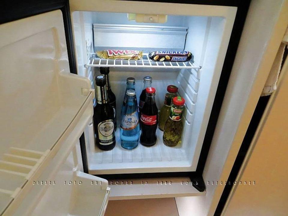 Minibar Kühlschrank : Eine komplette bar in einem alten kühlschrank der irgendwo in der