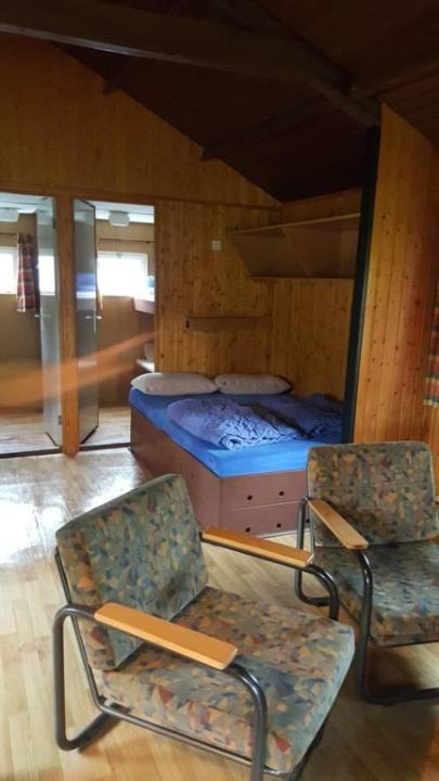 wohnraum bett im wohnzimmer ferienzentrum schloss. Black Bedroom Furniture Sets. Home Design Ideas