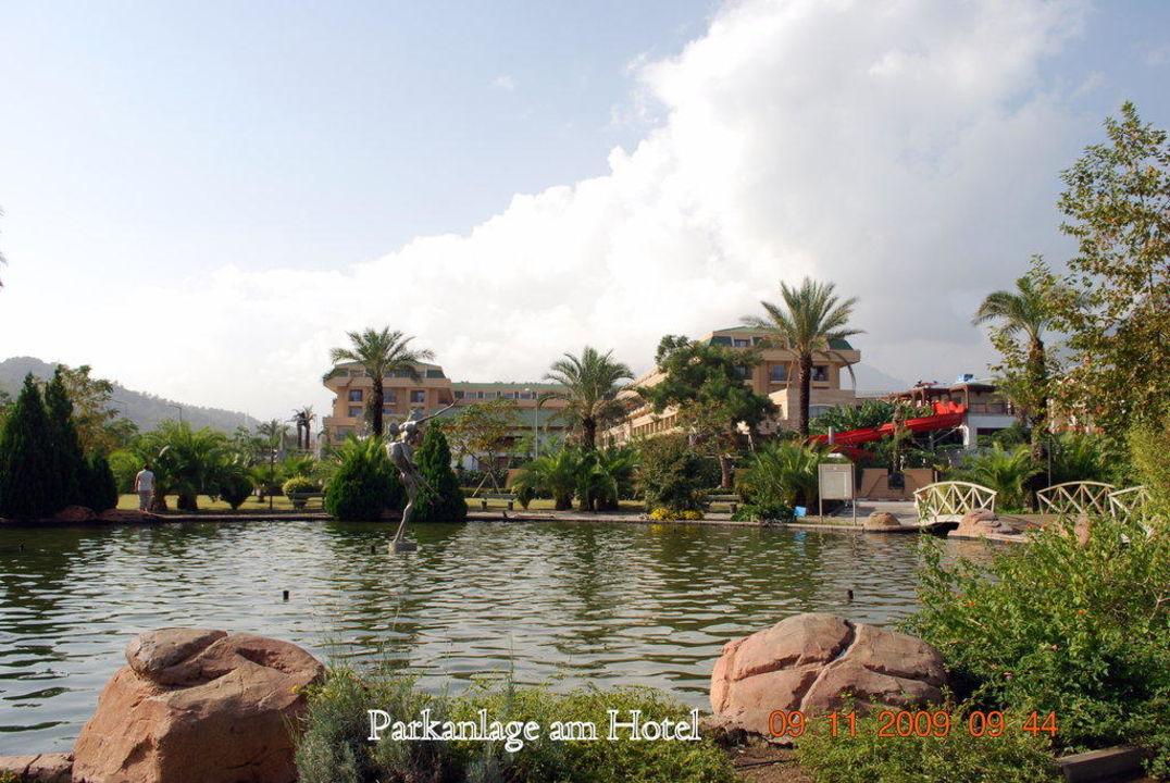 Parkanlage am Hotel. Crystal De Luxe Resort & Spa