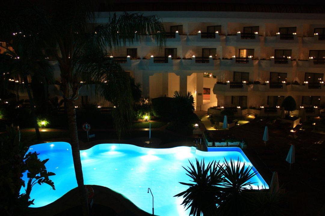Pool bei Nacht IBEROSTAR Marbella Coral Beach