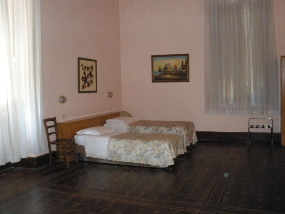 Unser Zimmer (nur die Hälfte des Zimmers) Hotel Garden
