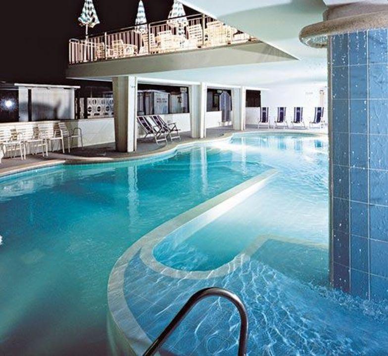 La piscina dell'hotel di sera Hotel Regina