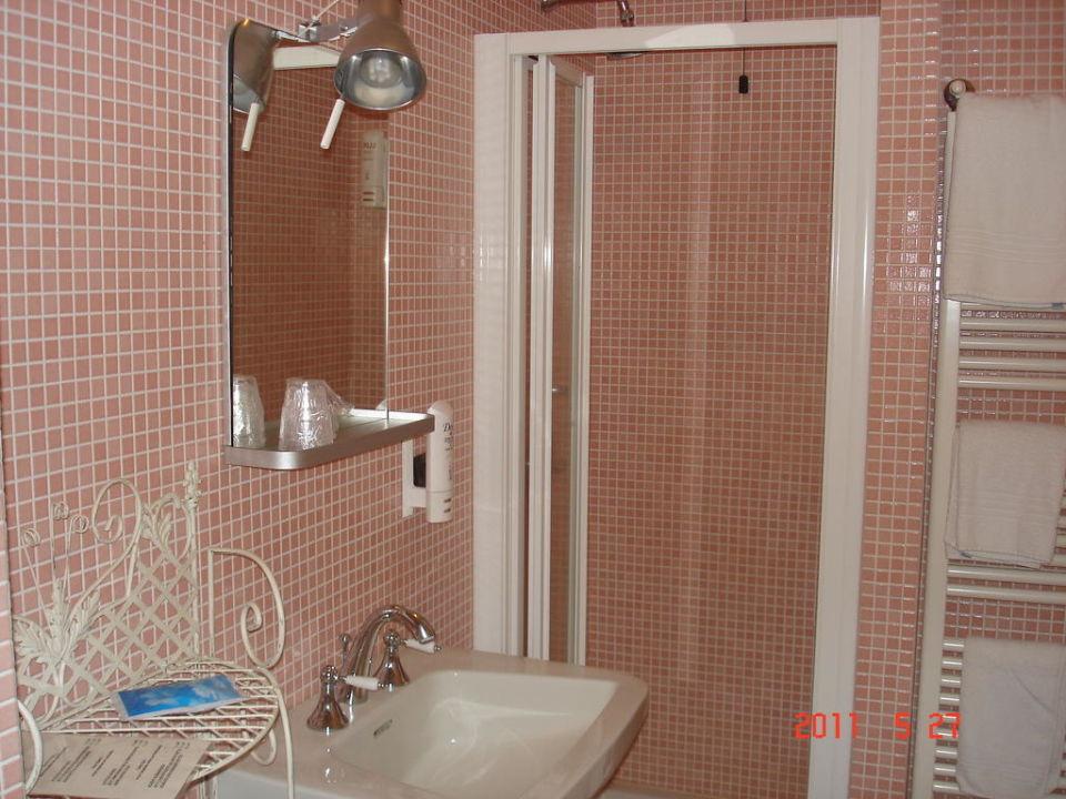 ein ger umiges und sch nes bad hotel risi colico. Black Bedroom Furniture Sets. Home Design Ideas