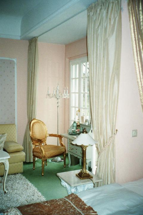 Ruheecke am Sekretär und Fenster Villa Contessa