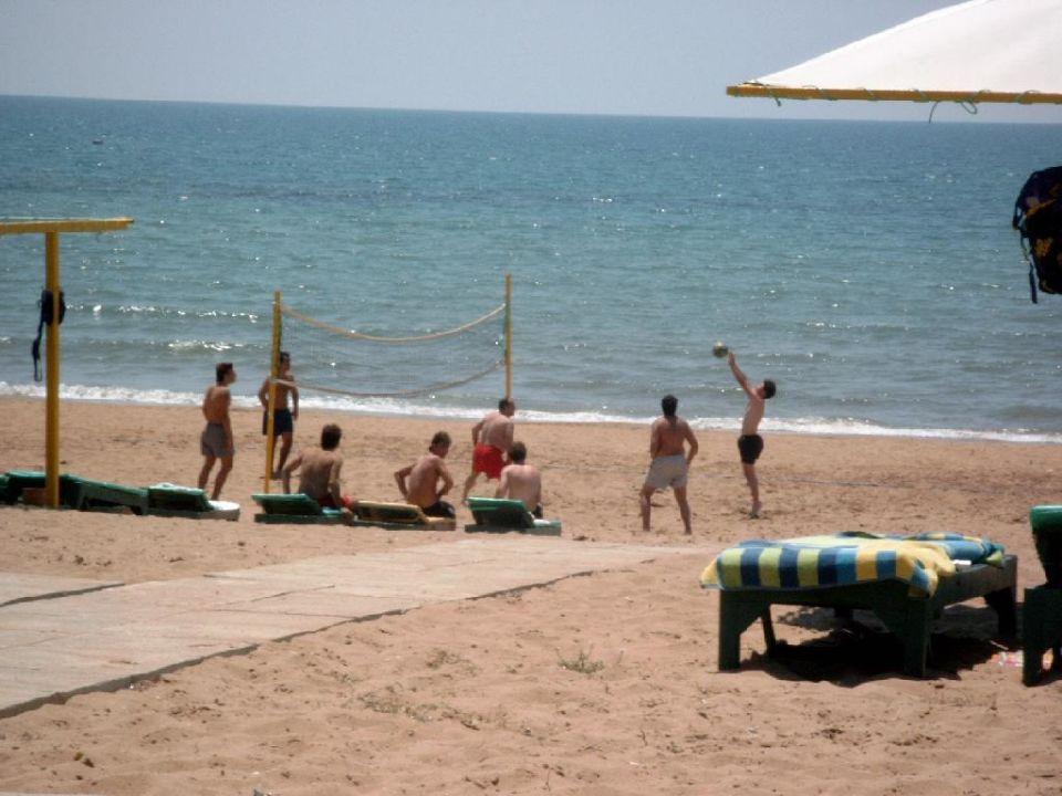 hoteleigener Strand mit Blick aufs Meer Nergos Garden Hotel