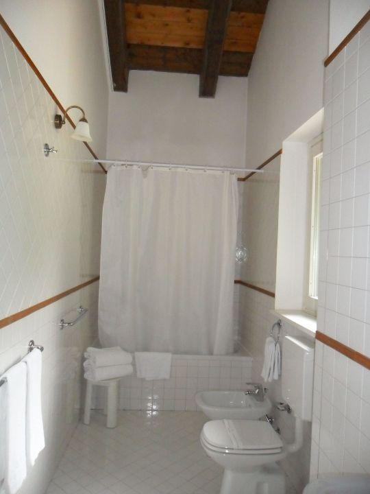 badezimmer mit dachschr ge grand hotel misurina lago di. Black Bedroom Furniture Sets. Home Design Ideas