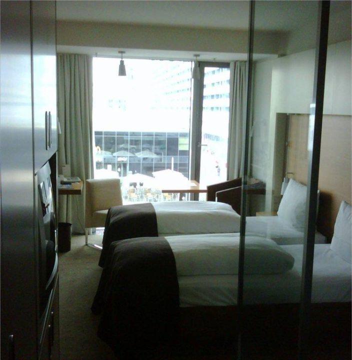 Toilette hinter Schiebetür 277 / 372 Zimmer mit bodentiefen Fenstern
