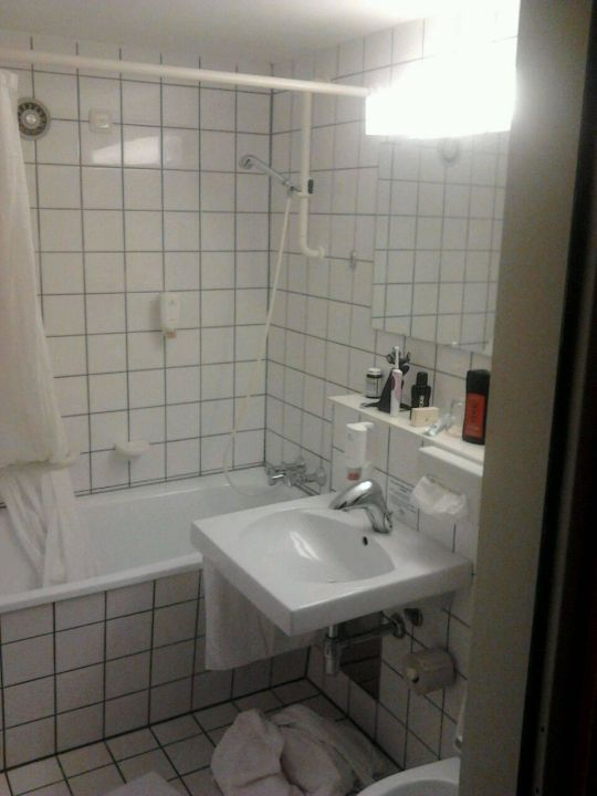 badezimmer mit badewanne duschvorhang kurhotel st. Black Bedroom Furniture Sets. Home Design Ideas