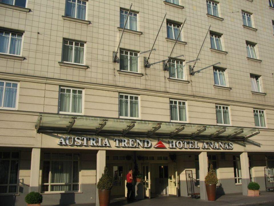Main entrance of hotel ananas Austria Trend Hotel Ananas