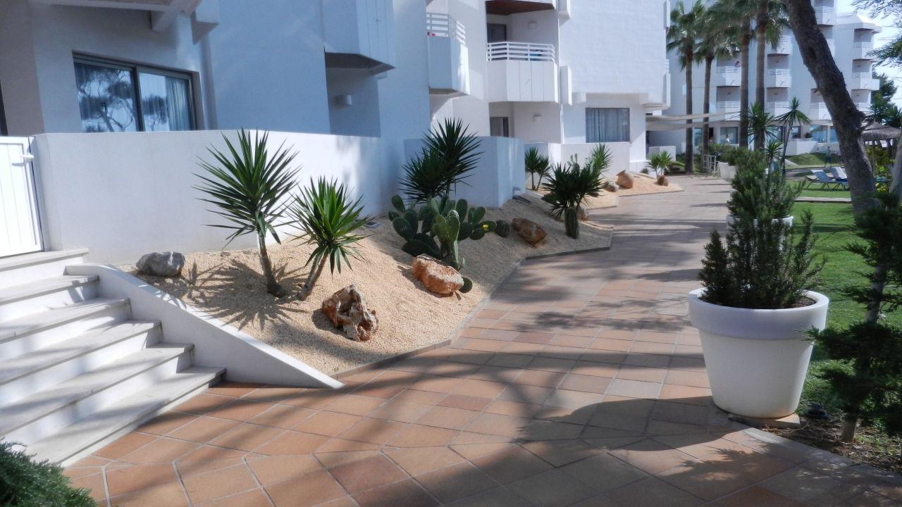 Weg zum Eingang Playa Esperanza Suites