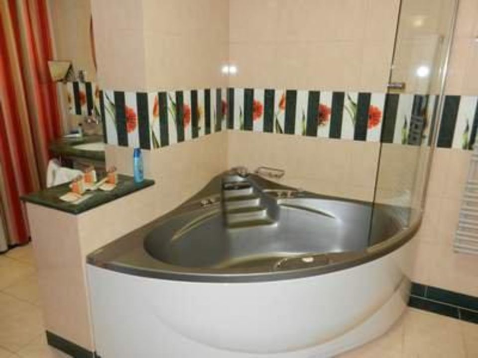 bild badezimmer mit whirlpool zu hotel livada prestige. Black Bedroom Furniture Sets. Home Design Ideas