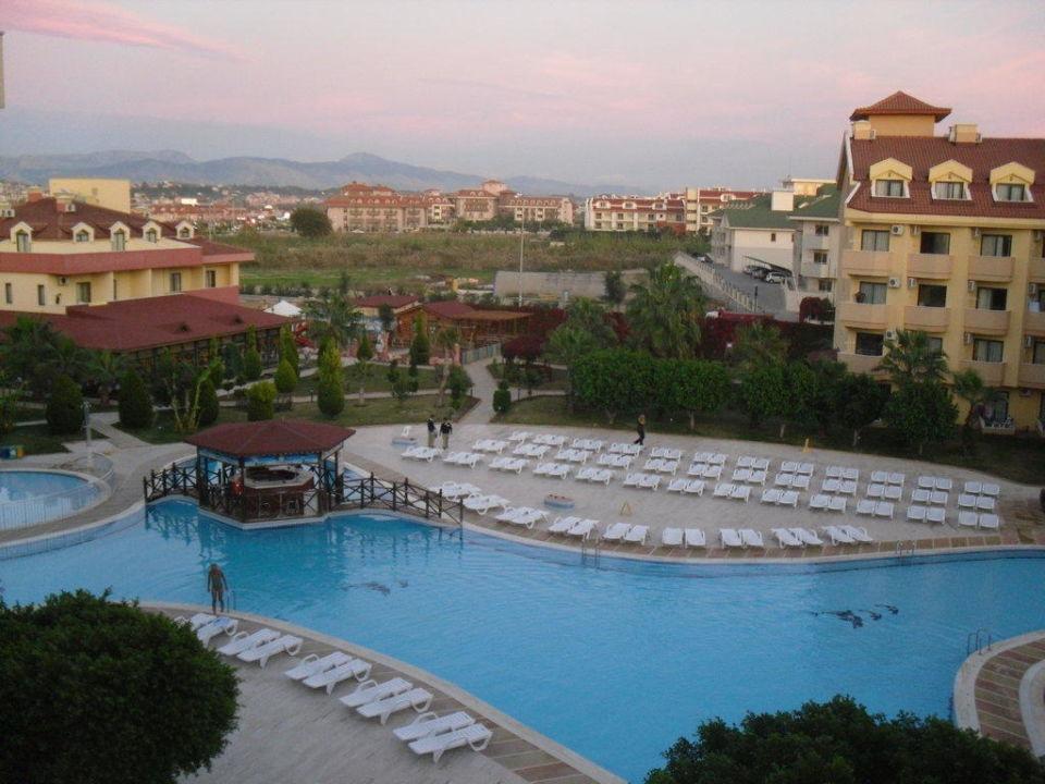 Blick vom Balkon zum Pool Hotel Grand Seker