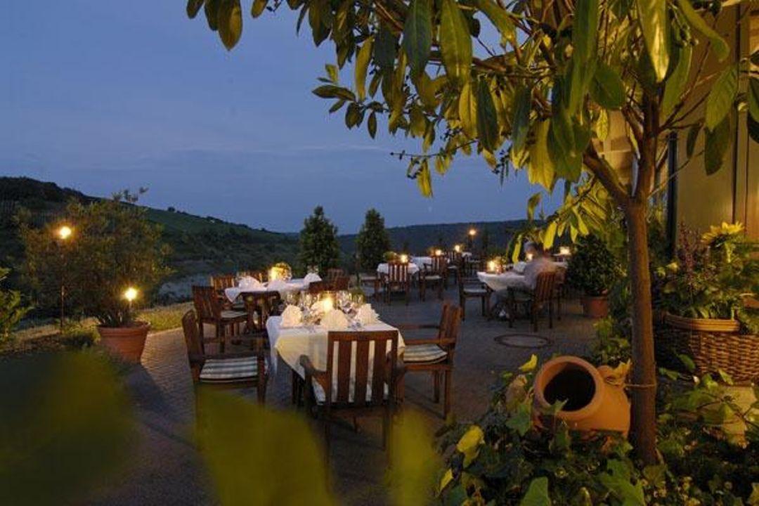 Terrasse am Abend Hotel Becksteiner Rebenhof